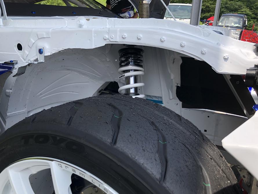 フロントサスペンションは、メインスプリングのほかヘルパースプリングが設けられていた。