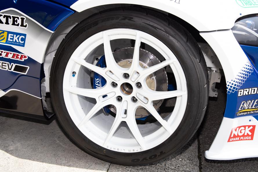 タイヤは昨年に引き続きTOYOのPROXES R888Rをベースに、ドリフト競技向けにチューンしたR888R Driftを採用。ホイールはGRAM LIGHTS(RAYS)/写真はフロントタイヤ