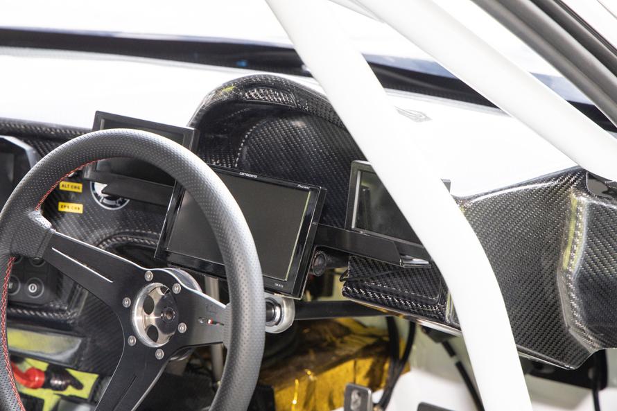 川畑選手のGRスープラの車内。3枚のモニターはそれぞれ後方を映し出す