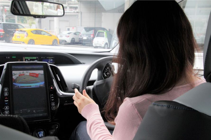 バックモニタやアシスト表示に従えば、ハンドルには手を添えるだけ。でも安全確認は目視も含めて、十分に行うこと!