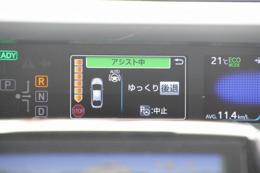 どの程度後退したら良いかなどの情報がフロント画面に表示されている。スピードの出しすぎも、ここで注意喚起されるから安心!