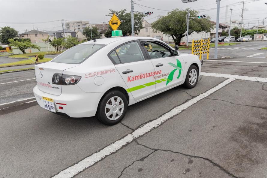 踏切では一旦停止した後、目視確認のほか運転席側の窓を開けて音で確認する
