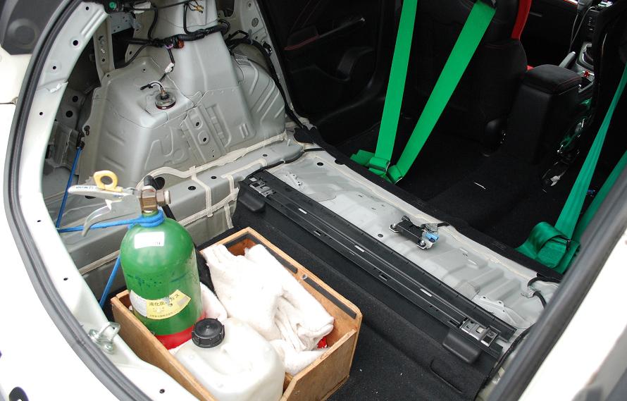 後部の内装は剥がされ、消火器が積まれている。この消火器は液化炭酸ガスが封入されたもので、使用後、消火剤による二次被害が発生しない