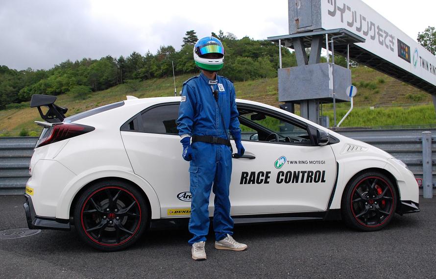 ツインリンクもてぎのオフィシャルは、青を基調としたレーシングピットスーツを着用する