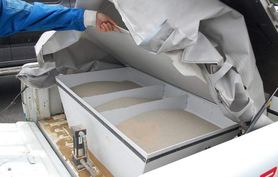 荷台にはオイル処理用の石灰が積まれている