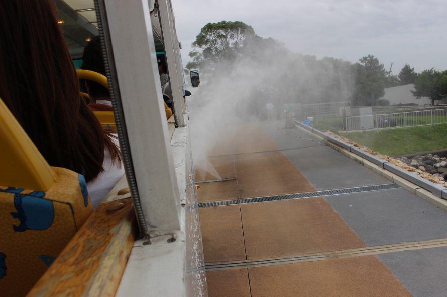 離水直後には、放水して車体を洗うのが定番。観客がいる車内には「KABAシャワー」とアナウンスされる