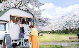 果樹園姉妹、ハイゼットを走る山小屋に改造! 飛騨高山「フルーツカフェBitta」【キッチンカー探訪】