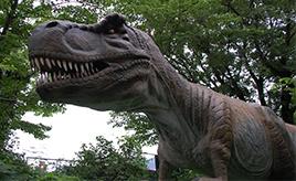 モータースポーツの聖地、富士スピードウェイに恐竜の王国が出現!? 「富士ジュラシックウェイ」はお父さんの頼もしい味方