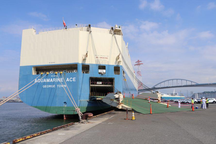 筆者の記憶にある可動の建造物の中では、最大級のもの。多くの参加者も、船の大きさに圧倒されていた