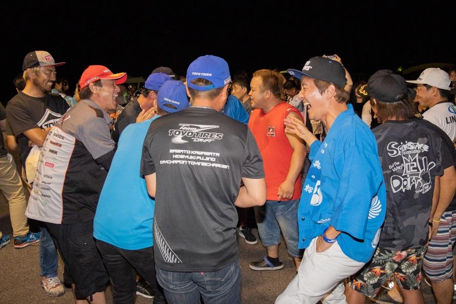 来場者が取り囲む中、酔った選手たちが大きな声で立ち話。その愉快な話は夜遅くまで続いた