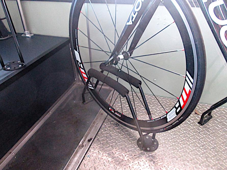 自転車を安全に積み込めるよう工夫されている