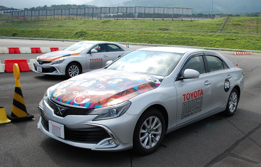講習車のマークXには2020年のオリンピックに向けた、特別なカラーリングが施されている。講習車として過酷に使用されるため、4年ほどで車両は入れ替えられる