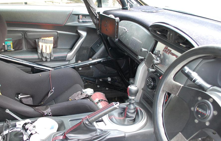 全日本ラリー選手権に出場するトヨタ86。助手席のグローブボックスにはタブレットPCが装着できるようになっており、中央にもスマートフォンが装着できるようになっている