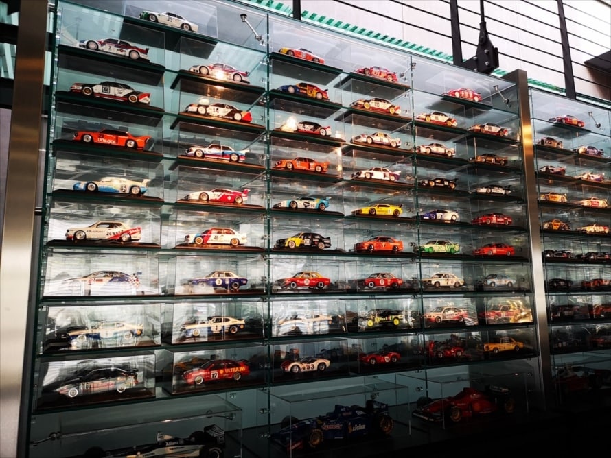 ザウバーの後ろには1/18スケールのレーシングカーが整然と並べられている