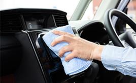 汚れや臭いの原因は? 車内をきれいに保つ方法をクリーニング業者に聞いた