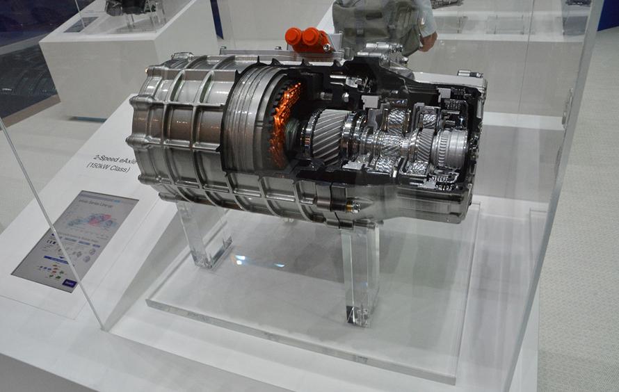 ブルーイーネクサスの2速ギヤ付きのeアクスル。電動化のためのeアクスルは注目度の高い製品であった。