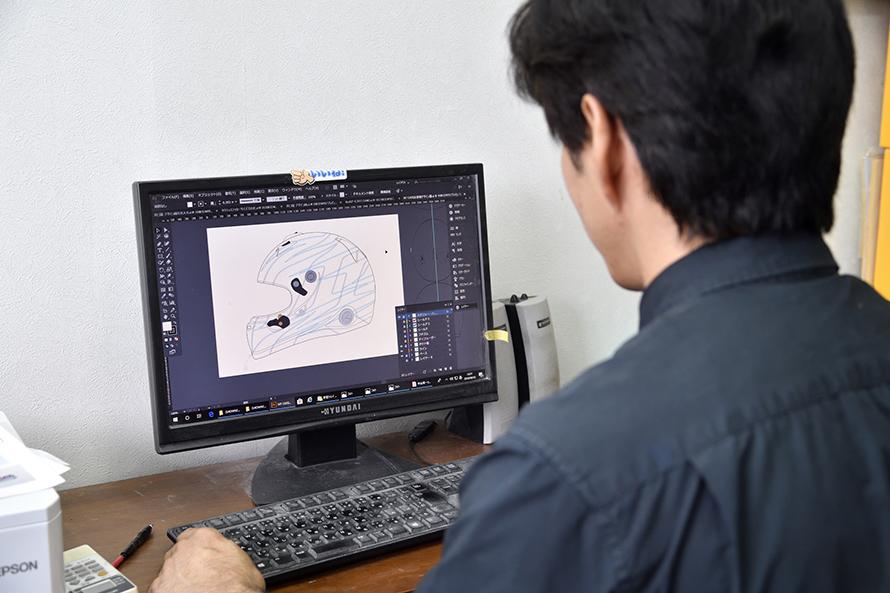 まずはパソコンを使ってデザインを仕上げていく