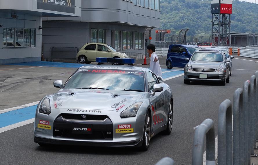 オフィシャルカーのGT-Rが先導し、続々とピットレーンに入る体験走行参加者の車両たち