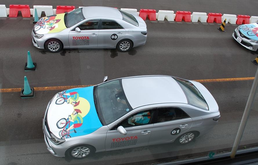 講習に使用される車両は、パワフルな後輪駆動車「トヨタ マークX」。受講者の車両持ち込みは認められていない