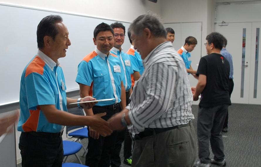 ここまで真剣な表情だった関谷塾長も、修了証明書を手渡す際には笑顔を浮かべてくれる