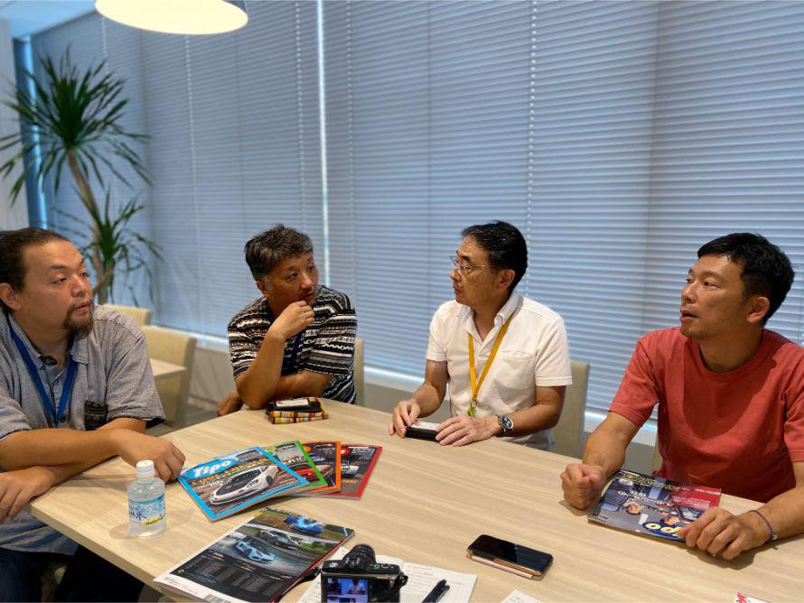 右から編集長の佐藤考洋さん、編集の中島秀之さん、三宅康朗さん、竹内耕太さん