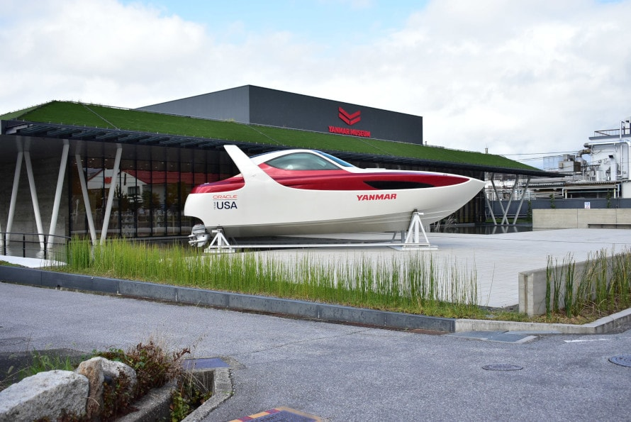こつ然と現れるモダンなスタイルのプレジャーボート。工業デザイナーの奥山清行さんがデザイン