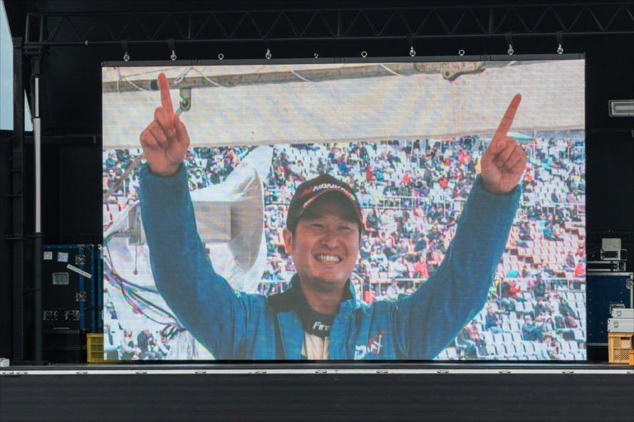 藤野選手の敗退が決まった瞬間、モニターには指を高々と上げた横井選手の笑顔が映し出された