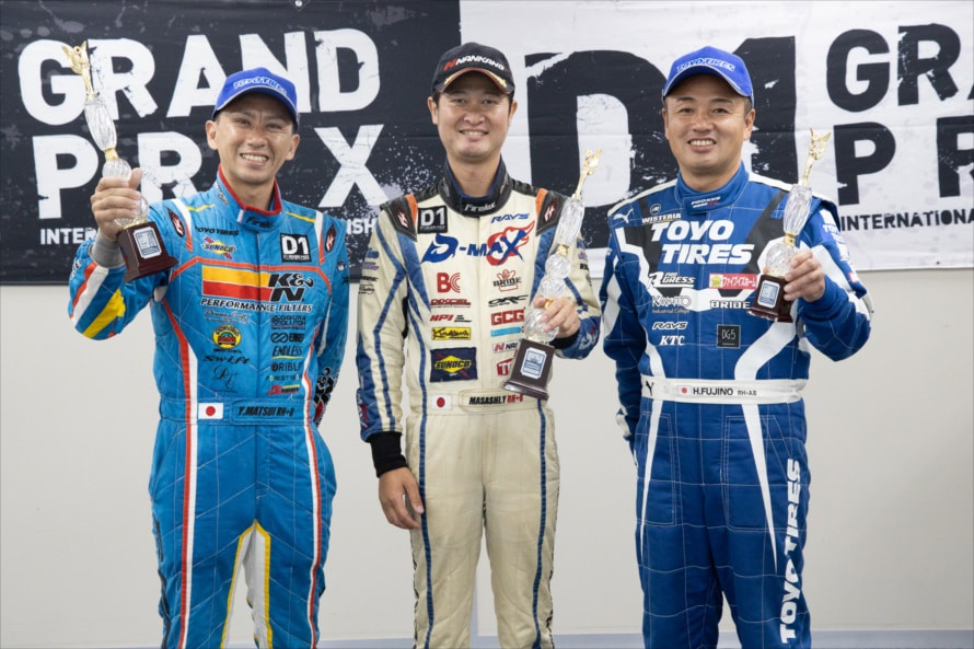 左からシリーズポイント2位の松井選手、二連覇を果たした横井選手、そしてシリーズポイント3位の藤野選手