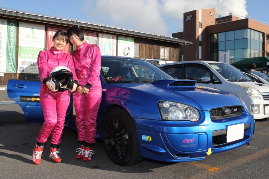 お揃いのスーツで決めているのは代田翔子さんとその旦那さんの妹、代田真欧さんの義理の姉妹ペア。2人組みで行われるラリーならではの風景