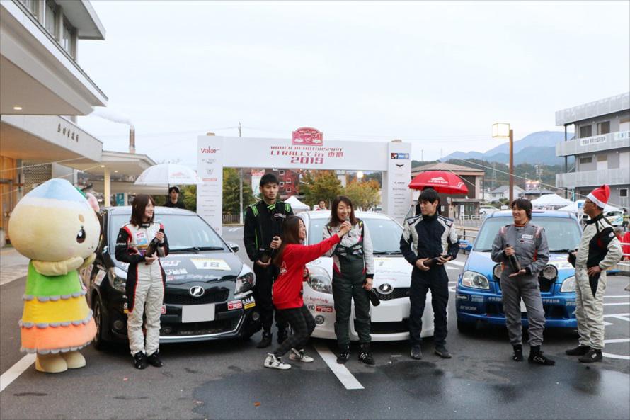 インタビューを受ける優勝ドライバー、毛受広子選手(写真提供:恵那市)