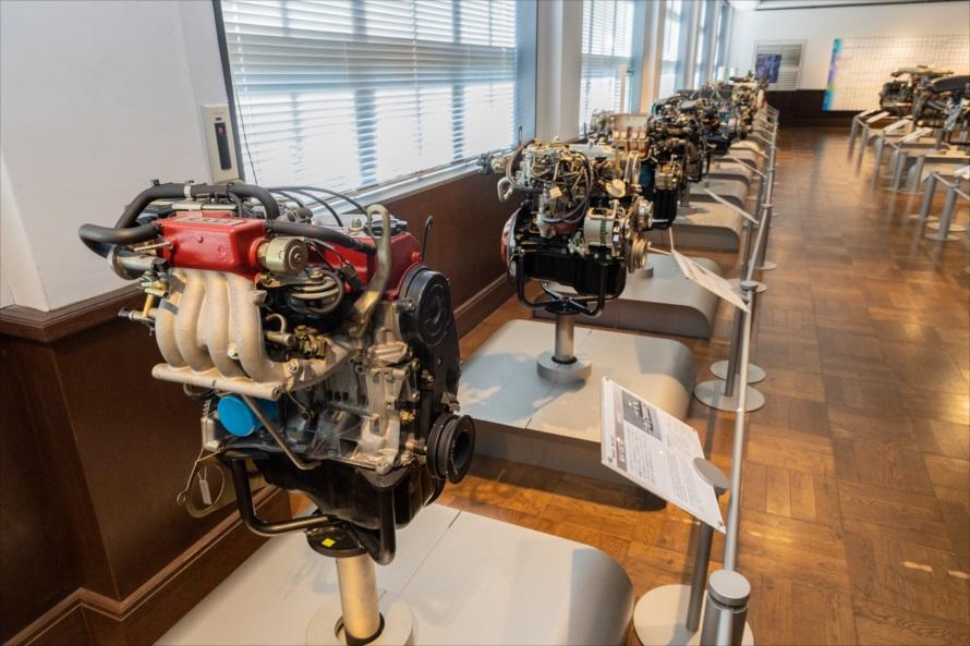 エンジンだけがズラリと並ぶ空間は一種異様でもあり壮観でもある