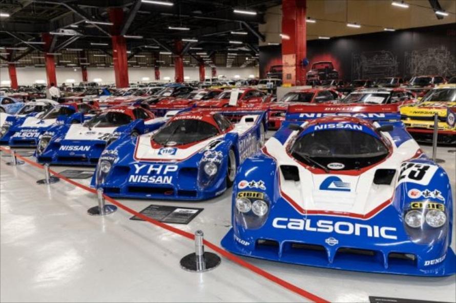 「日産ヘリテージコレクション」の内部には、懐かしい名車が300台近くズラリと並ぶ