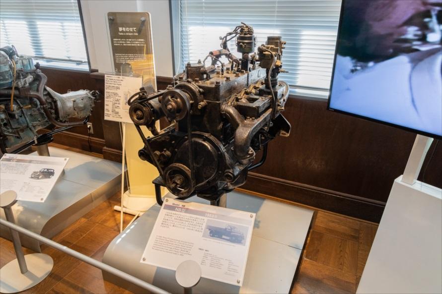 日本で最初に自動車が大量生産された頃に採用されたサイドバルブ式エンジン。「NB型」(1953年)。水冷の直列6気筒エンジンで、排気量は3670ccで95馬力を発生し、ニッサントラックやパトロールに搭載されていた