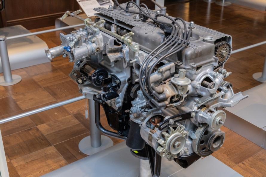 水冷・直列6気筒DOHCの「S20型」のカットモデル。このエンジンは、1970年代初期としては異例の160馬力を発生。スカイライン2000GT-Rに搭載され、モータースポーツの世界では「不滅の50勝」という金字塔を打ち立てた