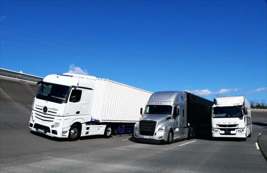 テストコース内を走るメルセデス・ベンツの「アクトロス」(左)と、フレートライナーの「カスケディア」(中央)、三菱ふそう「スーパーグレート」