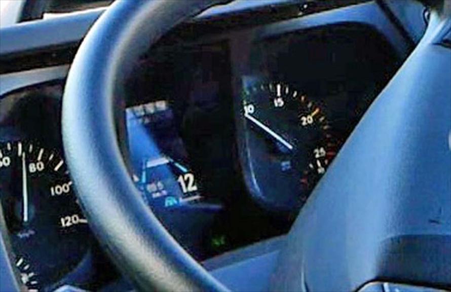 「プロキシミティ・コントロール・アシスト」がセットされるとメーター内には車線認識と速度が設定された状態が表示される