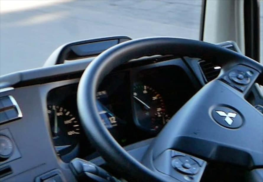 メーターの上にはドライバーの視線を監視する赤外線カメラを搭載。前方から一定時間視線が外れると警報音を発する