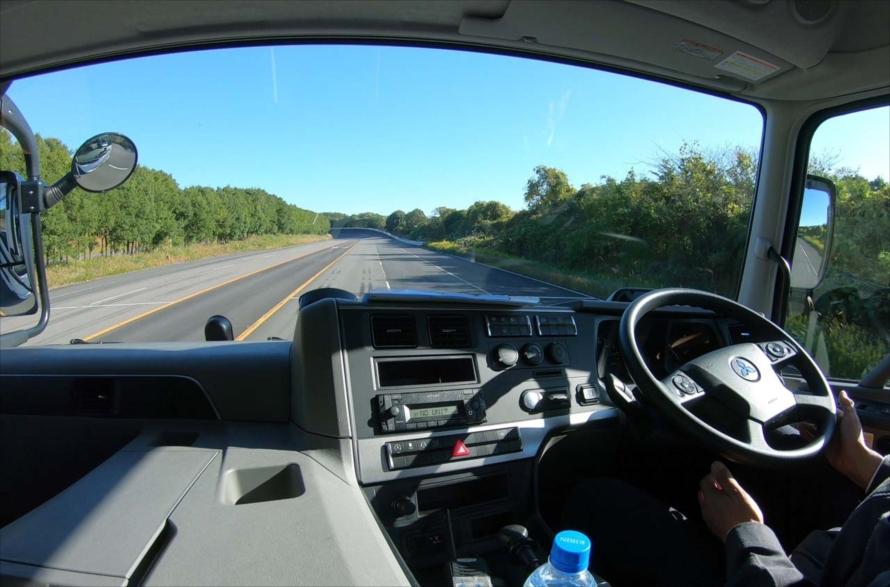 ウインカーを出さずにわざと車線から外れようとすると「車線逸脱抑制機能」が働いて、警報音と同時に自動的に元の車線へ戻す制御が入る
