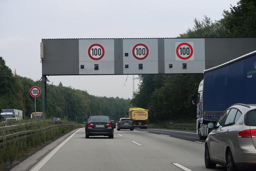 道路上をまたぐ速度制限標識。よくみると標識の下に速度取り締まりカメラが取り付けられています。速度を落としておかないとアウト!