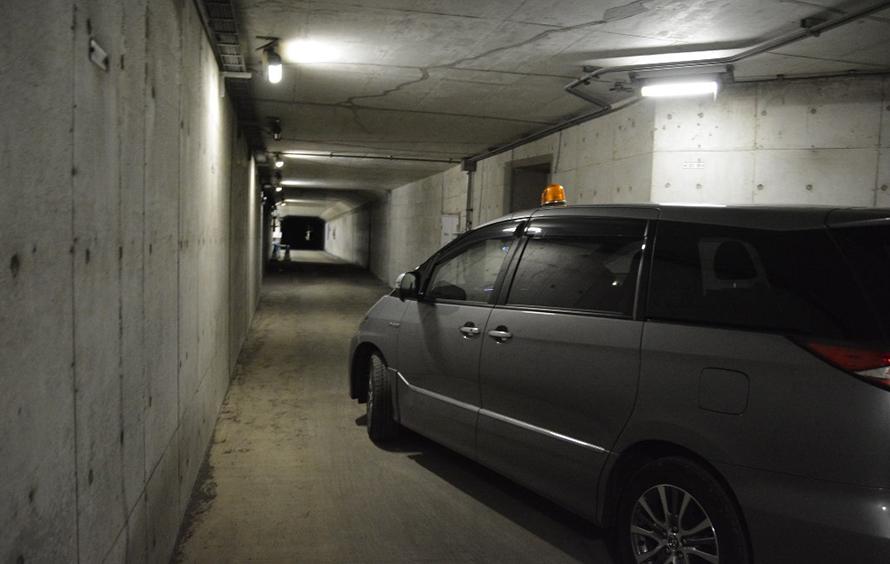 地下トンネルの高速道路の下にある緊急避難路をクルマで「風の塔」へ向かいます