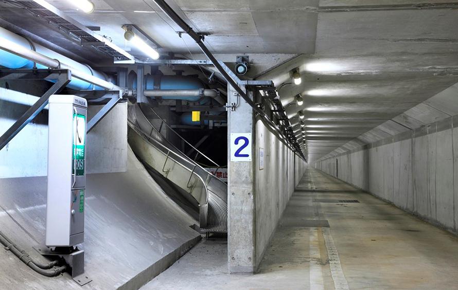 緊急避難路は一定区間ごとに、道路から地下の避難路へ逃げるためのスロープなどが備えられています