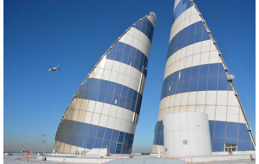 「風の塔」の地上にある2つの塔。地下トンネルの換気のために吸気と排気を行います