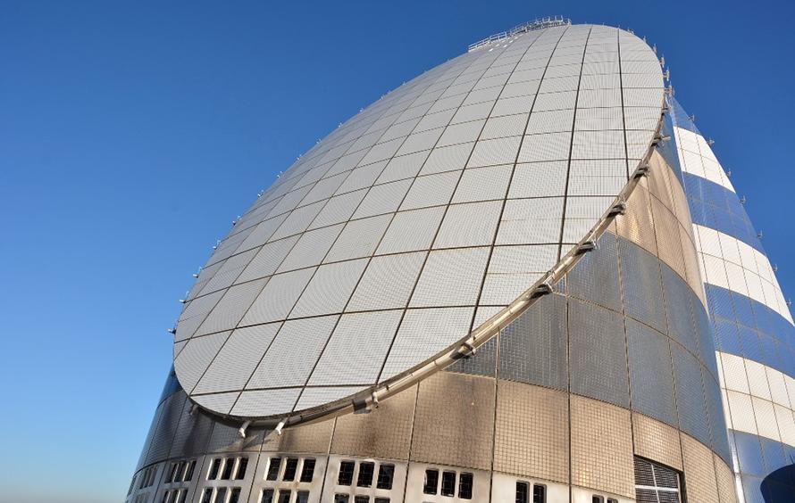 背の低い塔の川崎側の壁面タイルは電波を吸収する素材が使われます。すぐ目の前にある羽田空港のレーダーに迷惑をかけないための工夫とか