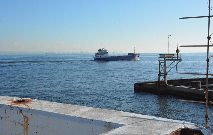 「風の塔」のすぐ横を航行する船舶。大小さまざまな船がひっきりなしに航行しています