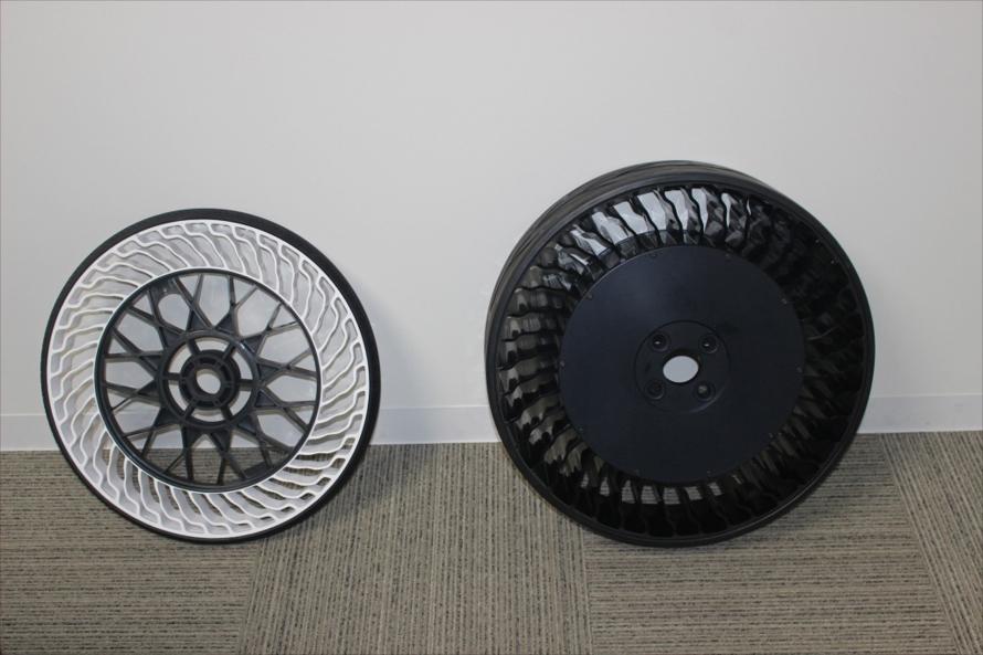 自転車向け(左)と超小型車向け(右)のエアレスタイヤ