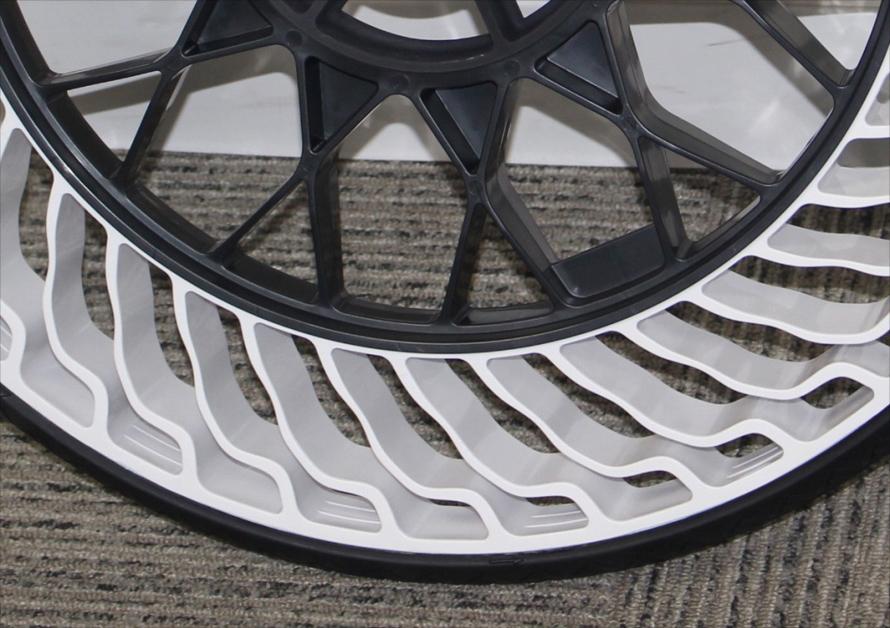 ばね状のスポークが変形することで路面の衝撃を吸収する