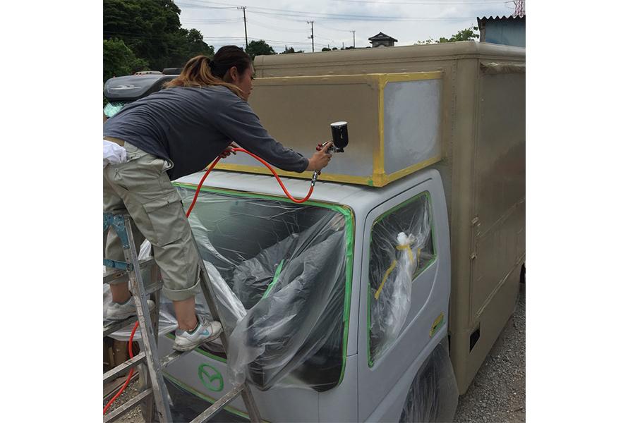 「タイタン トラック」を自分たちで塗装。色はトヨタ「ランドクルーザー」のベージュ色を選択