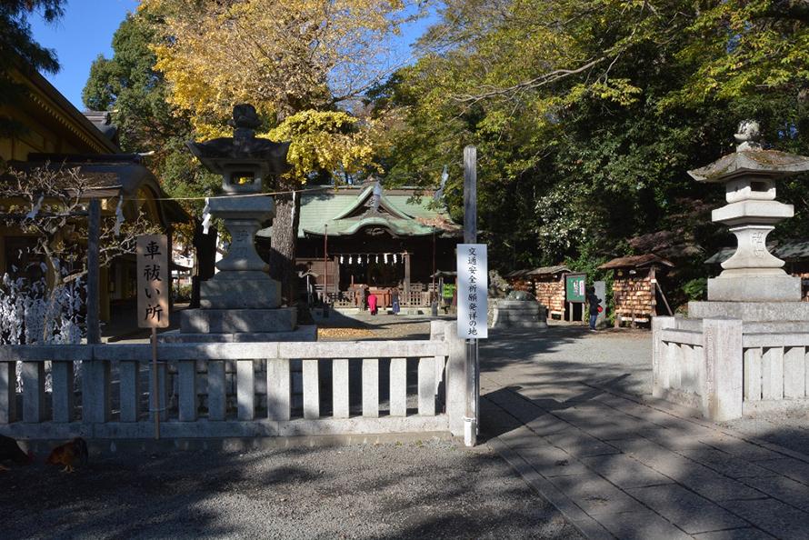参道から階段を下った先にあるのが本殿。隣にお守りなどを販売する社務所があって、その2階が宝物殿(公開は日曜・祝日の10時~15時)となる。