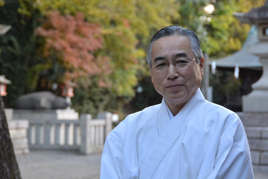 神社のことや日本で初めての自動車による遠乗り会を説明してくれた菊地茂さん。