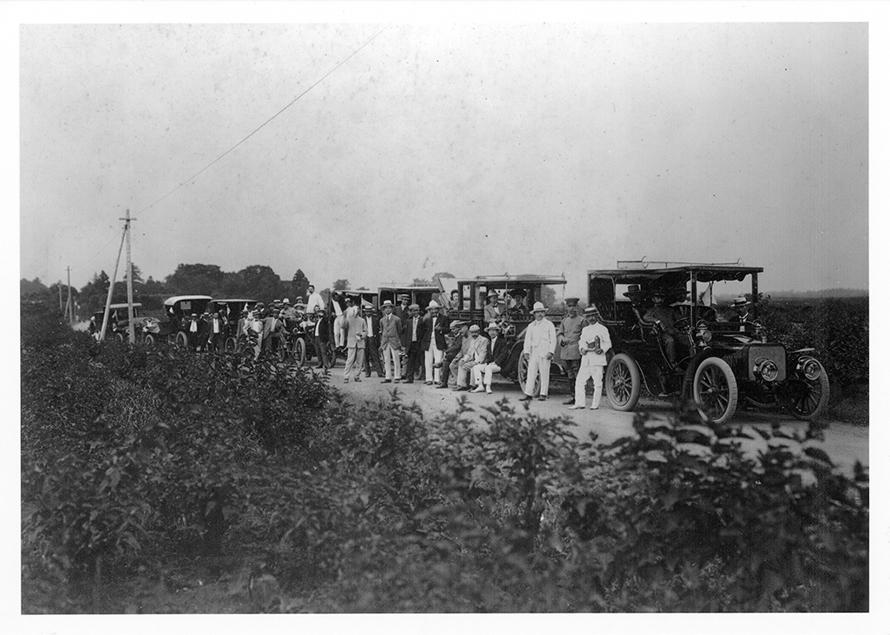 街道に並ぶ参加車両。11台ほどのクルマが並ぶのは当時としては、非常に珍しいことのはず。